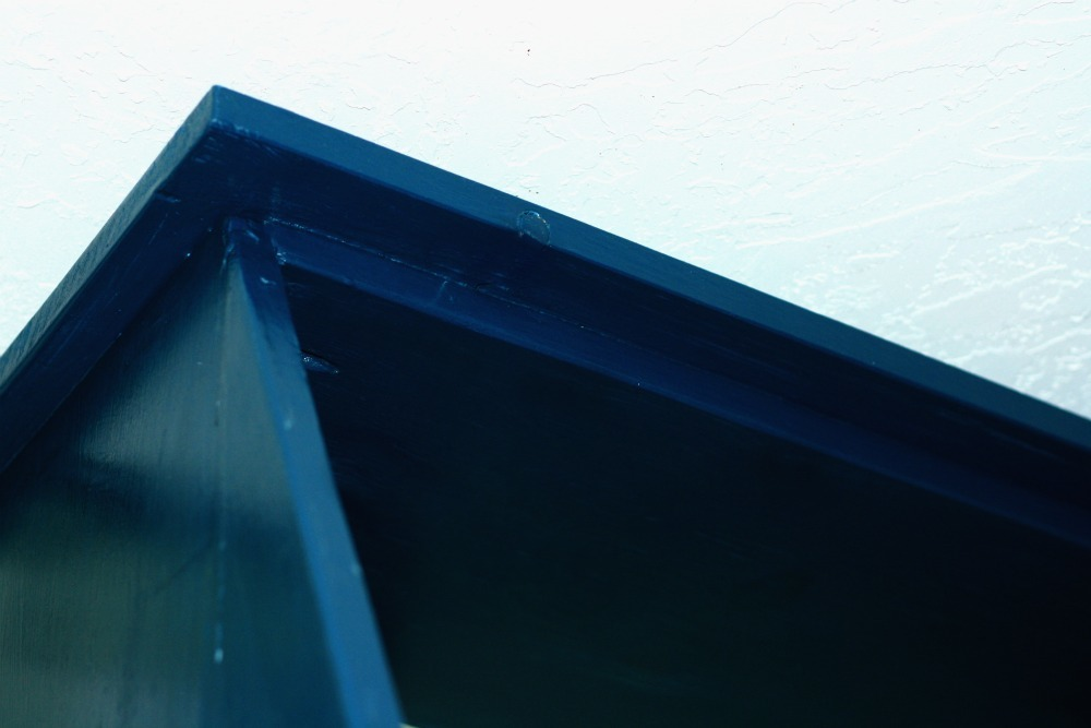 Overhang of the top moulding