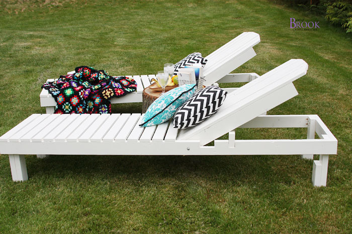 white outdoor lounge chairs with pillows